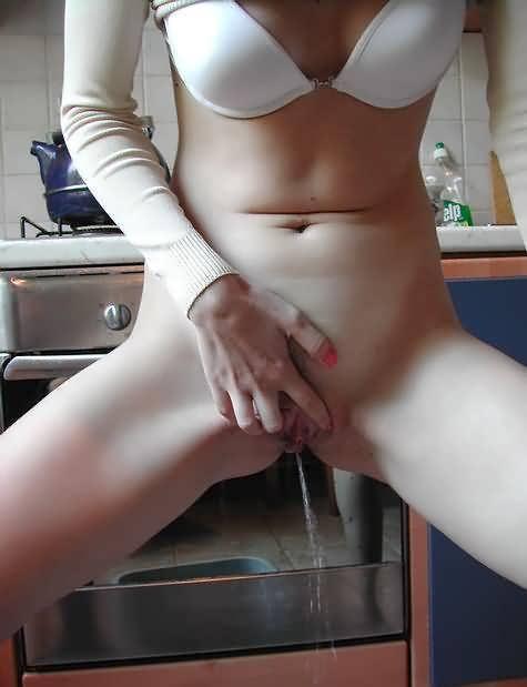 Wierd amateur girl pissing